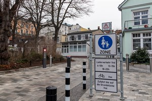 Ein versenkbarer Poller in der Georginenstraße schützt die Fußgängerzone im historischen Ortsbereich von Warnemünde