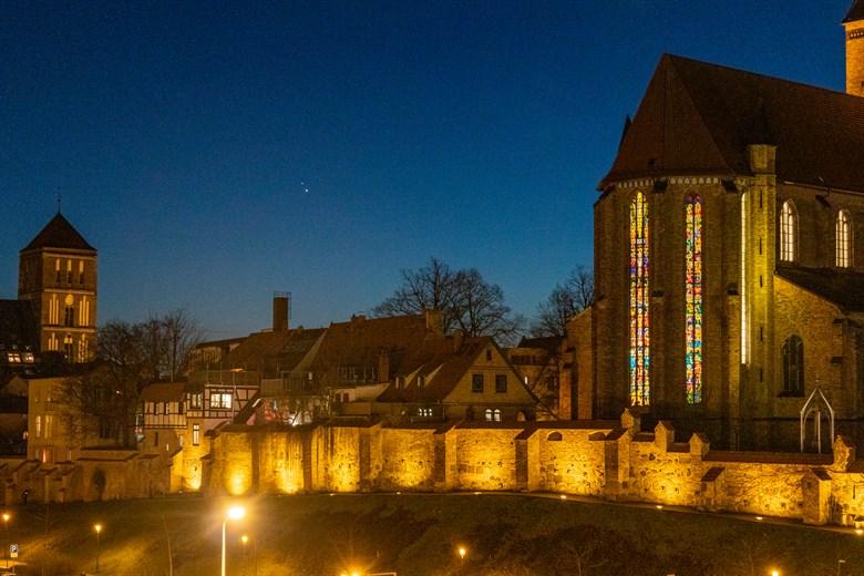 Gute Verbindung zu Rostock: Jupiter und Saturn zwischen Nikolai und Petrikirche