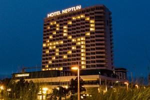 Jahreszahl 2021 leuchtet am Hotel Neptun in Warnemünde