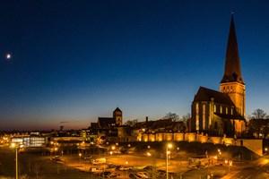 Große Konjunktion über Rostock: Links die Mondsichel, rechts oberhalb der Nikolaikirche sind sich Jupiter und Saturn bereits ganz nah