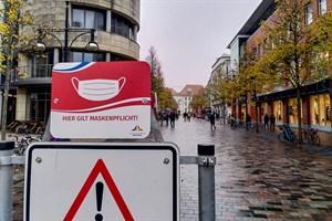 Maskenpflicht in der Innenstadt von Rostock - inzwischen hängen auch die Hinweisschilder.