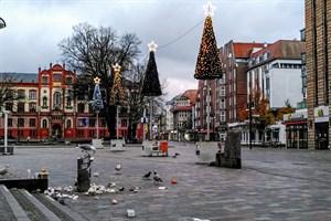 Müll am Uniplatz Rostock am 1. Advent - die Stadtverwaltung verstärkt jetzt die Abfallentsorgung in der Innenstadt