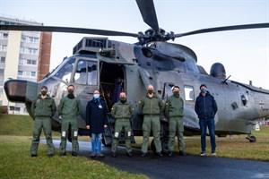 Die Besatzung des Sea King vor dem Klinikum Südstadt in Rostock