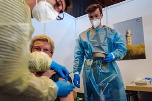 Die 83-Jährige Jutta Albertzki gehört zu den ersten, die von Dr. Renate Masuch (links) im Corona-Impfzentrum Rostock gegen Covid-19 geimpft werden