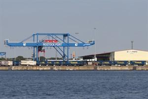 Viele Güter, wenig Passagiere 2020 im Seehafen Rostock (Foto: Archiv)