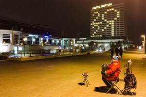 Silvester 2020 in Warnemünde - Straßenmusik auf der fast menschenleeren Promenade