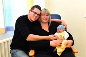 Am Neujahrsmorgen freuten sich die stolzen Eltern Monique Willert und Christof Kolbe über die Geburt des kleinen Tristans, der im Klinikum Südstadt um 6:37 Uhr das Licht der Welt erblickte. (Foto: Joachim Kloock)