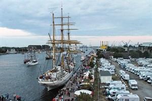 Nicht nur zur Hanse Sail ist der Parkplatz auf der Warnemünder Mittelmole bei Wohnmobilisten beliebt (Foto: Archiv)