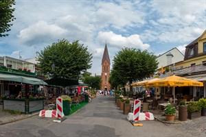 Zusätzliche Außengastronomie in der Mühlenstraße Warnemünde (Foto: Archiv)