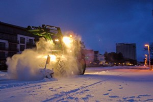 Für ein paar Zentimter Neuschnee hat es in Warnemünde gereicht - die Promenade wird geräumt