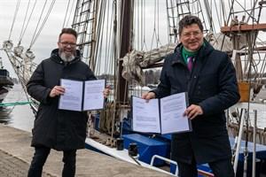 Vereinbarung für Archäologisches Landesmuseum in Rostock unterzeichnet - Oberbürgermeister Claus Ruhe Madsen (links) und Finanzminister Reinhard Meyer