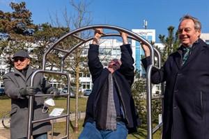 Bewegungsparcours im Kurpark Warnemünde: Der Ortsbeiratsvorsitzende Wolfgang Nietzsche (Mitte) mit seinen Vorgängern Werner Fischer (links) und Alexander Prechtel an der Calisthenics-Station