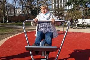 Monika Hildebrandt geht einmal in der Woche zum Seniorensport und testete gleich das Rudergerät
