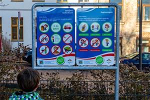 Spielplatzbeschilderung wirbt für Rauchverbot und Hygieneregeln