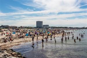 Volle Strände in der Hauptsaison in Warnemünde - insgesamt sorgte der Corona-Lockdown 2020 jedoch für ein Drittel weniger Übernachtungen in Rostock (Foto: Archiv)