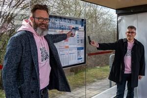 Oberbürgermeister Claus Ruhe Madsen (links) und RSAG-Vorstand Jan Bleis präsentieren den Abfahrtsmonitor fürs Handy