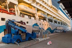 Die AIDAsol hat die neue Landstromanlage im Kreuzfahrthafen Rostock-Warnemünde getestet