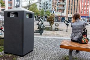 Neben den Solarpapierkörben stehen am Uniplatz auch neue Abfallbehältergaragen