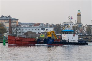 """Ein Bild aus etwas besseren Zeiten: 2014 wurde das Seebäderschiff """"Undine"""" mit großen Hoffnungen nach Rostock geschleppt (Foto: Archiv)"""