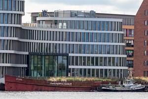 """Der Rumpf des Bäderschiffs """"Undine"""" im Stadthafen Rostock"""