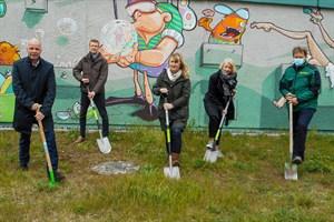 Baustart für Bürgerpark Toitenwinkel - Senator Chris Müller-von Wrycz Rekowski (v.l.), Johannes Schmidt (Quartiersmanager Toitenwinkel), Sigrid Hecht (GF RGS), Anke Knitter (Ortsbeiratsvorsitzende Toitenwinkel) und Kay Brandenburg, GF Baufirma Rostocker GalaBau (Foto: RGS)