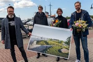 Siegerentwurf des Gestaltungswettbewerbs für den Rostocker Stadthafen - Oberbürgermeister Claus Ruhe Madsen (v.l.), Steffan Robel, Jan Grimmek und Volker Mau