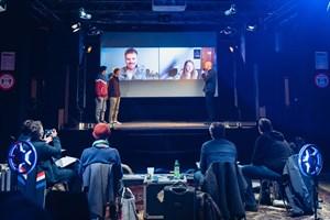 Amechi Oji, Jakob Bey, Paul Scheufler und Lilith Jörg (beide online, v.l.n.r.:) bei der Verleihung der GoldFiSHe mit Festivalleiter Arne Papenhagen (Foto: Patrick Hinz, FiSH Filmfestival)