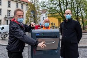 Umweltsenator Holger Matthäus (li.), René Weilandt (Einsatzleiter Straßenreinigung) und Henning Möbius, Geschäftsführer der Stadtentsorgung Rostock demonstrieren den neuen Solarpapierkorb am Uniplatz Rostock