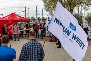 Werftarbeiter kämpfen vor der Nationalen Maritimen Konferenz in Rostock-Warnemünde um ihre Jobs