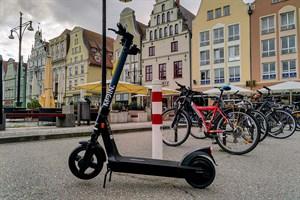 Mehr Elektro-Tretroller in Rostock - E-Scooter auf dem Neuen Markt (Foto: Archiv)