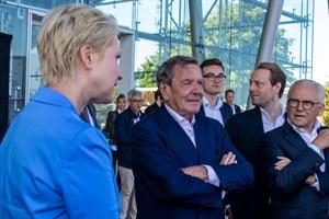 Ministerpräsidentin Manuela Schwesig mit Altbundeskanzler Gerhard Schröder bei der Gründung der Wasserstoff-Hanse