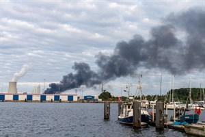 Starke Rauchentwicklung beim Brand im Überseehafen Rostock