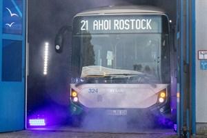 Nebel und Lichtshow - großer Auftritt für den ersten Elektrobus der RSAG in Rostock