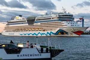 Die AIDAdiva heute Morgen beim Einlaufen im Kreuzfahrthafen Rostock-Warnemünde