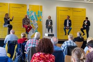 Andrea Krönert (Grüne, v.l.), Helge Bothur (Linke), Anke Knitter (SPD), Ralf Zimlich (Wiro-Geschäftsführer) und Constanze Ackermann (Urbanista) diskutierten mit Einwohnern über die Zukunft der Mittelmole Warnemünde