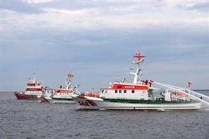 Tschüss, VORMANN JANTZEN (M.): Der Seenotrettungskreuzer ARKONA (r.) und das Rostocker Feuerlöschboot verabschieden die DGzRS-Einheit nach 31 Einsatzjahren. (Foto: Dirk Wiggers)