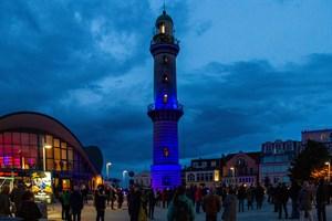 Zum Weltschifffahrtstag wurde der Leuchtturm in Warnemünde heute Abend blau angestrahlt