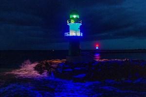 Blau angestrahlt wurden zum Weltschifffahrtstag (World Maritime Day) auch die beiden Molenfeuer in Warnemünde